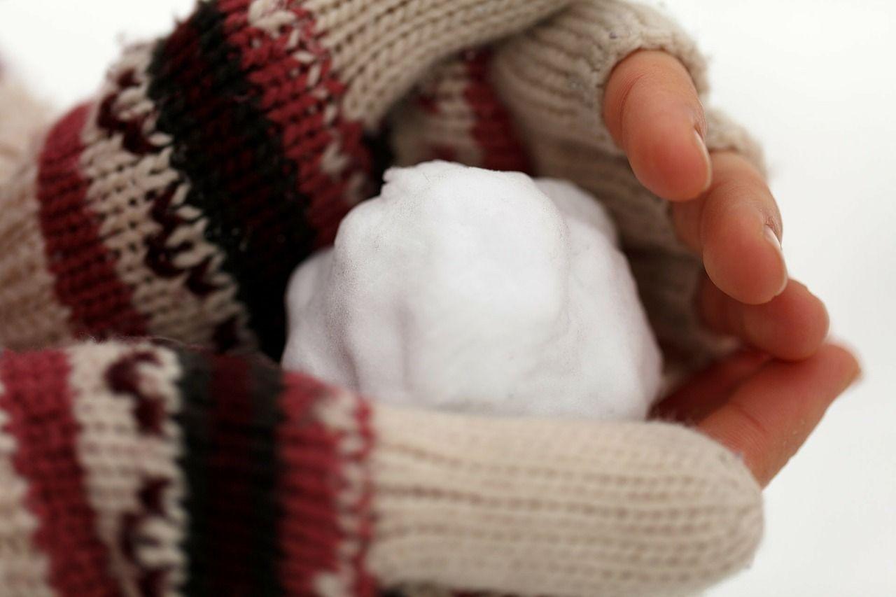 Mains sèches, gercées avec le froid hiver